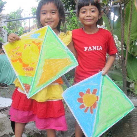 Menghias Layang-layang Bersama Sahabat Anak Manggarai